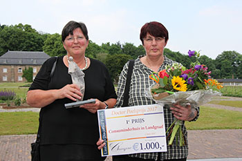 Annemiek van Deursen (links) en Jozé Schlösser, assistent coördinator met kunstwerk Dr Poelsprijs, bloemen en cheque [Fotograaf: M.Bemelmans Bisdom Roermond]